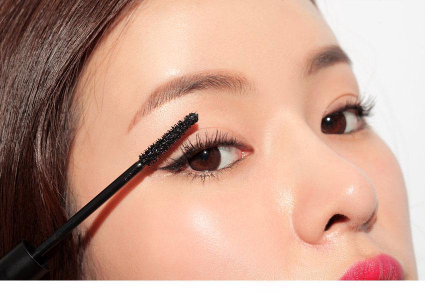 Đôi hàng lông mi dài giúp đôi mắt long lanh hơn