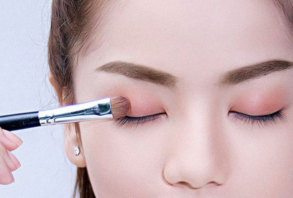 Chọn phấn mắt phù hợp sẽ giúp đôi mắt trở lên nổi bật